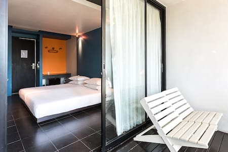 Loog Choob is a homestay with nice design, located in the middle of Bangkok, within a walking distance to major attractions of Bangkok's old town and few minutes' drive to downtown.  Choose us to stay in a hotel standard room with homey atmosphere.