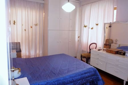 Bedroom in a deluxe spacious appartment (2) - Chalandri - Bed & Breakfast