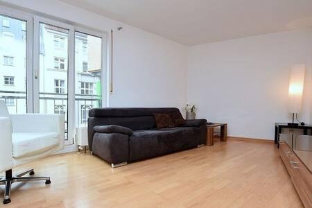 Helle, modern und direkt im Zentrum - Stoccarda - Appartamento