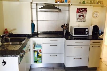 2 1/2 Zimmer-Wohnung mit Garten, Pool, Grill - Möhlin - Appartement