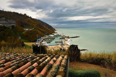 Beautiful apt directly above beach - Villa