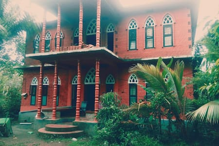 Brick house in a tropical ambiance - Thenhipalam