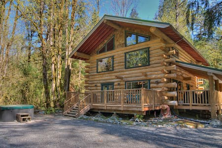 TALL TIMBERS LODGE - Secluded, hot tub! - Chalet