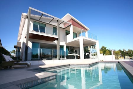 $3m waterfront villa-city view room - Surfers Paradise - House