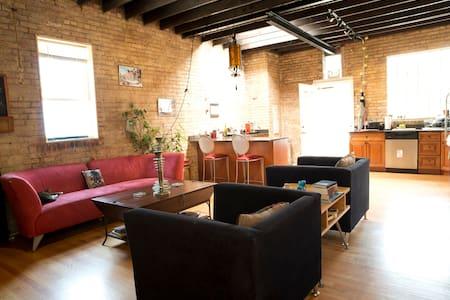 Wrigley/Boystown:Modern Coach House - Chicago