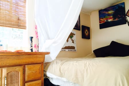 Private Back Apartment with Beautiful Yard. - Los Angeles - Apartment