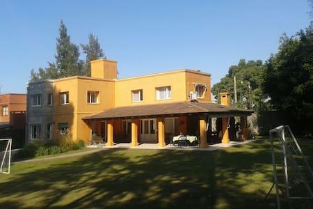 Casa amplia e iluminada en barrio privado - Yerba Buena