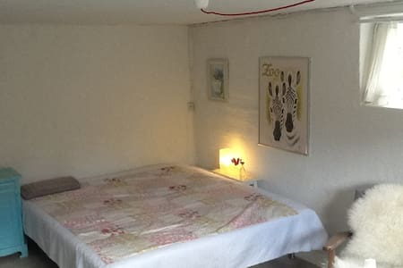 Private room in a very nice area close to the city - Villa