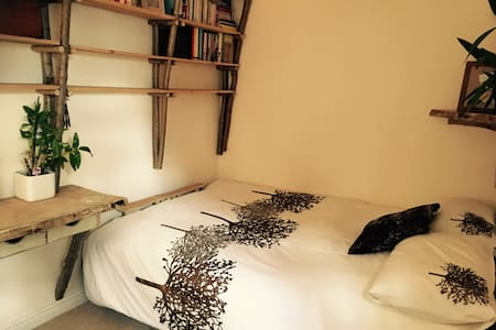 Double bed in a tranquil room. - Wantage - House
