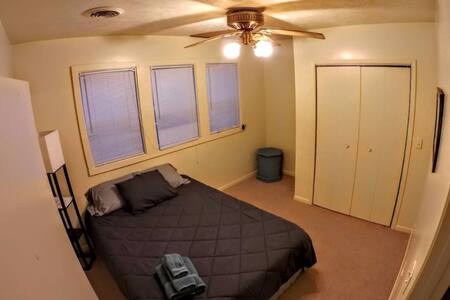 Private rm #3 near Bradley/Hospitals/Caterpillar! - Peoria - Apartment