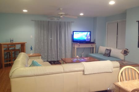 5 min walk to beach & boardwalk. Immaculate unit. - Adosado