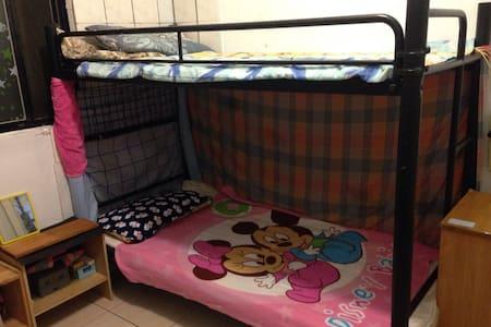 雙人上下舖,小巧溫馨舒適,擁有真正休息品質,近捷運、夜市、生活機能方便