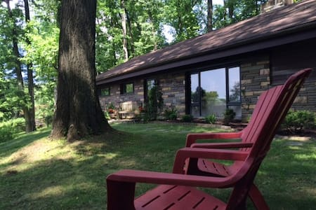 Woodsy Retreat close to everything! - Wayne - Casa