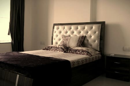 Single Room in 3 bhk Service Apt