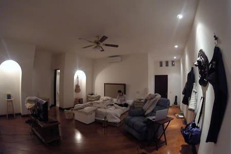 Cuarto principal con baño propio en San Jerónimo - Monterrey - Huis
