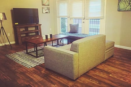 BEST LOCATION in the heart of bricktown - room #2 - Huoneisto