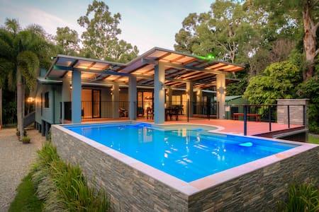 """Oak Beach """"Hide-Away"""" - Secluded Resort Style - Bed & Breakfast"""