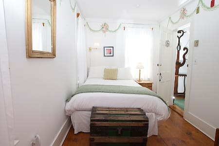 India Street Inn - Peony - Nantucket - Bed & Breakfast