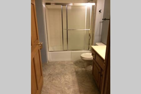 Spacious private room with attached full bath! - Omaha - House