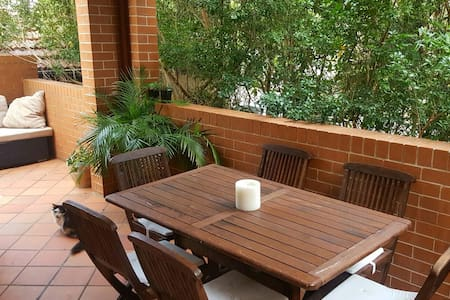 Sunny Two-Bed Apartment & Terrace on Beach Road - Bondi Beach