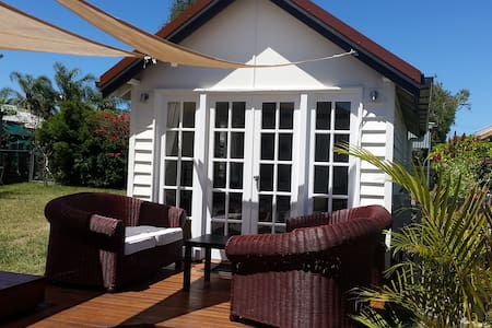 Stand alone private studio near the bay with WiFi - Manly West - Konukevi