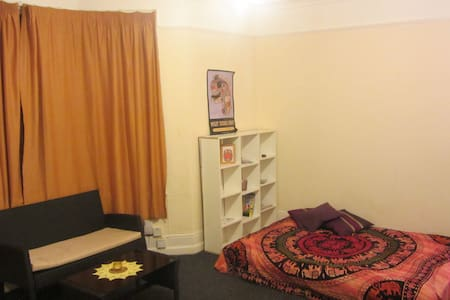 Spacious room in heart of Salisbury - Apartment