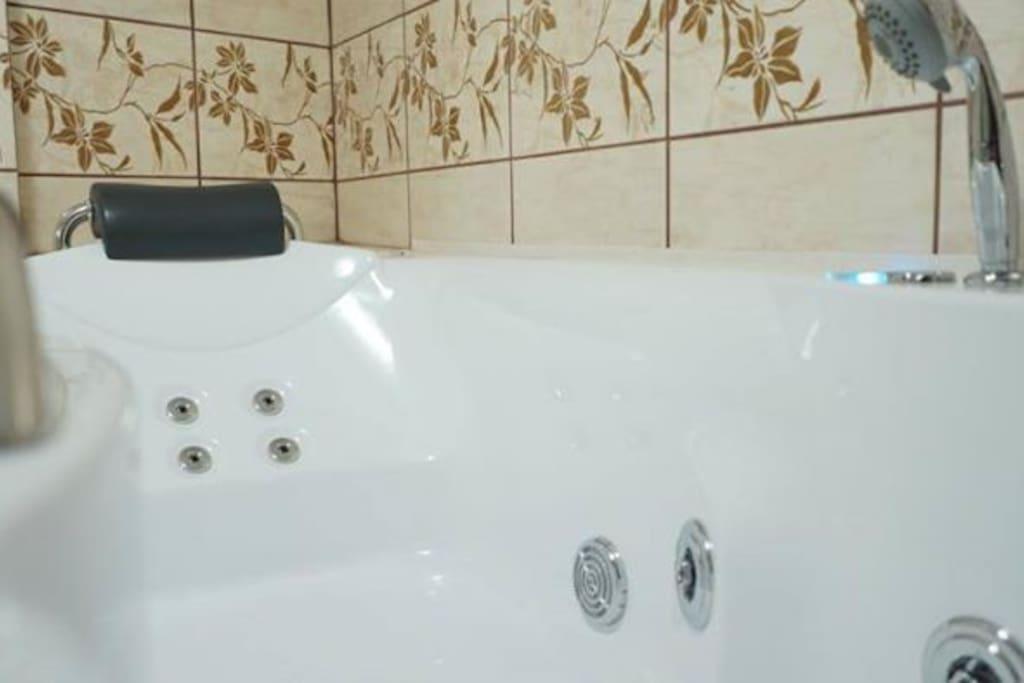 Relaks w naszej wannie z hydromasażem doceni każdy turysta.