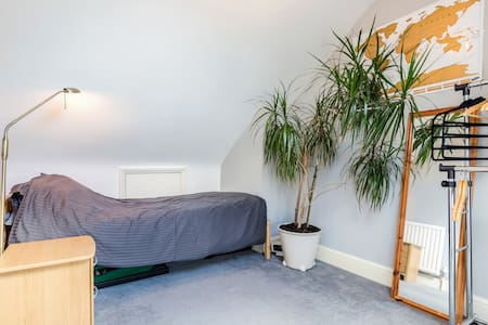 Single room in townhouse - House