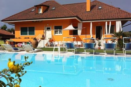 Villa di prestigio con piscina - Settimo