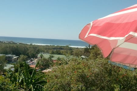 Private Queen room with garden outlook in a lovely cottage with broad ocean and lush leafy views.Perfect getaway and base to explore Byron Shire. 3 mins drive to pristine beaches, river, cafes and all amenities. You can relax in a home away from home