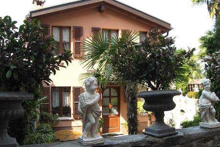 Tranquilla casetta nel borgo - Collina d'Oro