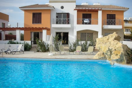 Two Bed House with Pool near Amenities, Paphos - Paphos