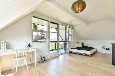 Stort lyst værelse med veranda - Casa