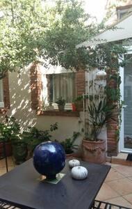 Charmant duplex central sur patio arboré - Toulouse, Languedoc-Roussillon Midi-Pyrénées, FR - Apartment