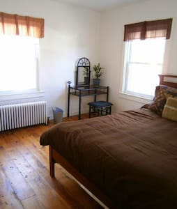 Downtown Great Barrington Queen Bed - Great Barrington - House