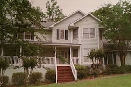 Nice home in quiet gated community! - Macon