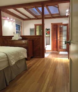 Hobbit House master suite  Nob Hill/UNM - Albuquerque - House
