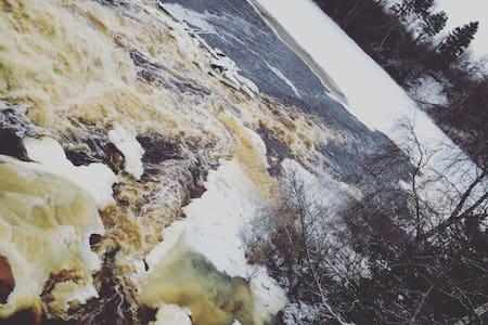 Дом у реки с водопадом. - Tuokslakhti - Casa