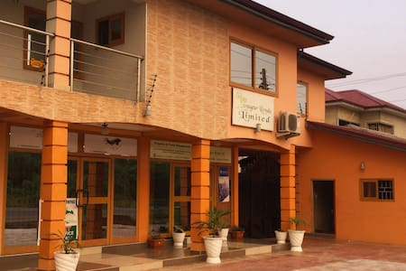 quiet and unique apartment  10mins from the beach - Accra