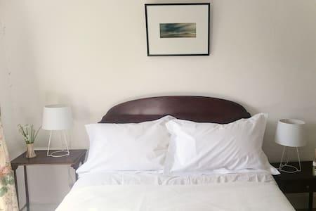 Double bedroom in central Rock. - Huis