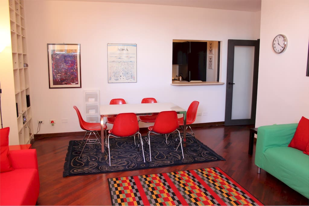 -- The living room - Daily cleaning - Wifi - Air conditioning - Laundry - Parking - Gym