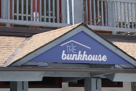 The Bunkhouse.  A designer hostel. - Lakás