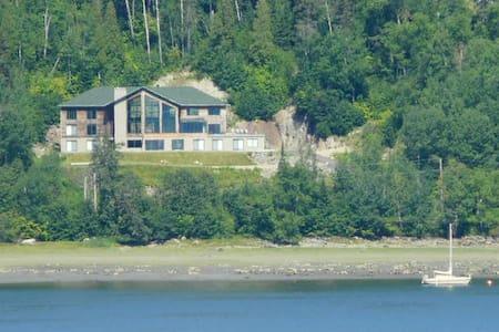 Gite  Le Cœur du Fjord (Chambre 1) - L'Anse-Saint-Jean - Bed & Breakfast