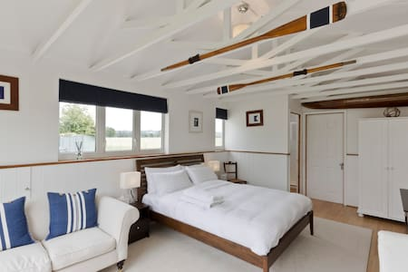 Snug & warm luxury boathouse on the river - Cabanya