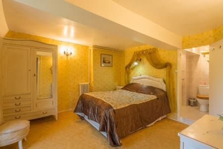 Large en-suite bedroom  - Bed & Breakfast