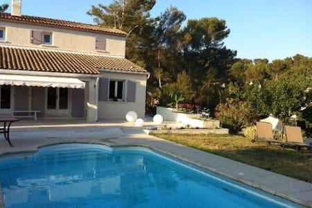 Villa avec piscine à proximité d'Aix en Provence - Rumah