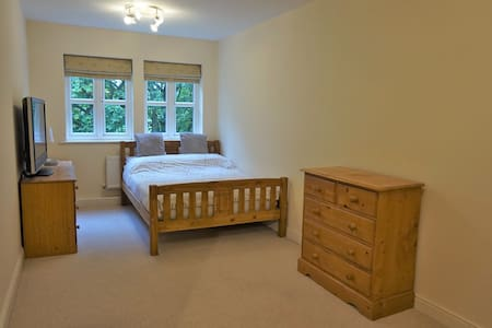 Spacious Double room, Private bathroom - Halton - Apartamento