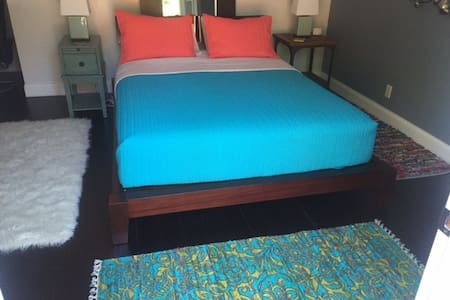 Private Suite, Walnut Creek Boarder, Walk to BART - Concord - House