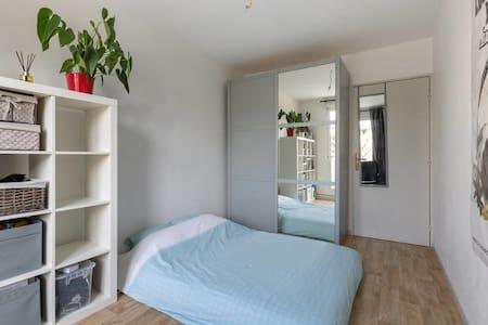Chambre avec balcon idéalement située plein centre - Apartmen