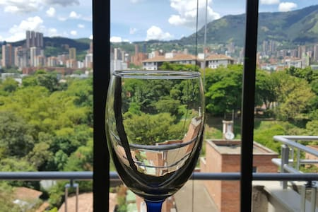 LUXURY APT W PATIO! WALK TO LLERAS! - Medellín - Appartamento